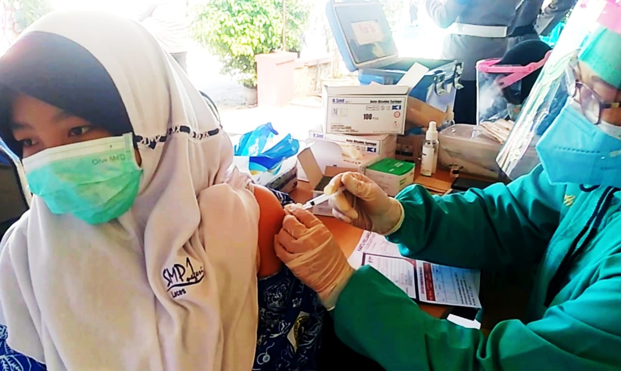 Rentan Tertular Covid-19, Puluhan Remaja di Kecamatan Leces Ikut Vaksin